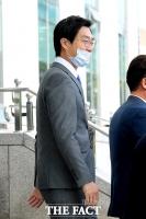 [TF포토] 첫 본회의 참석하기 위해 이동하는 장경태 의원