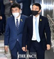 [TF포토] 나비 배지 단 김남국-김용민