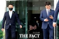 [TF사진관] '21대 첫 본회의', 함께 이동하는 김용민-김남국