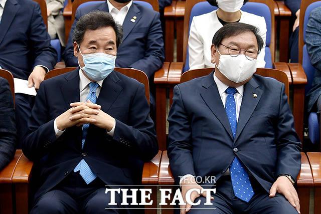 이 대표의 발언을 경청하는 이 위원장, 김 원내대표