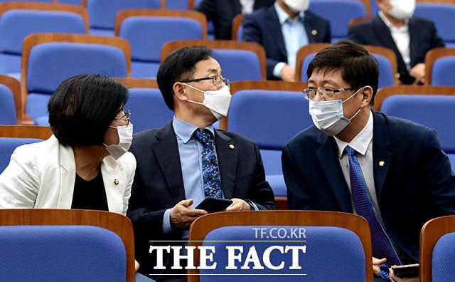 의원들과 대화 나누는 김홍걸 의원(오른쪽)