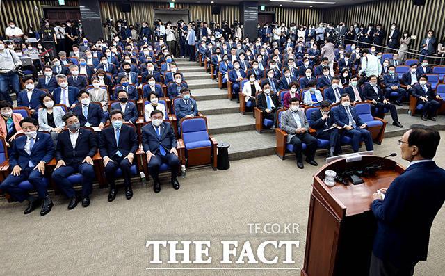 이해찬 더불어민주당 대표(오른쪽)가 8일 오전 서울 여의도 국회에서 열린 더불어민주당 의원총회에 참석해 모두발언을 하고 있다. /국회=이선화 기자