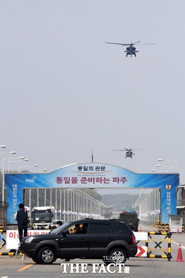 탈북민단체의 대북전단(삐라) 살포에 강한 불만을 나타낸 북한이 9일 정오를 기점으로 우리 측과의 통신연락망을 차단했다. 그뿐만 아니라 북한은 조만간 후속 조치를 취할 것으로 전망되면서 남북관계가 다시 한번 경색 국면을 맞게 됐다. 사진은 통일대교 남단. /남윤호 기자