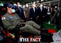 [TF포토] KT-1 비행훈련 참관하는 정경두-최기영 장관