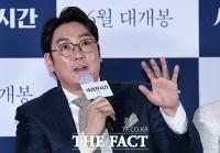 [TF포토] 취재진 질문에 답하는 조진웅
