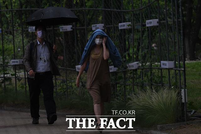 우산 잊은 시민, 외투야 비를 막아줘~