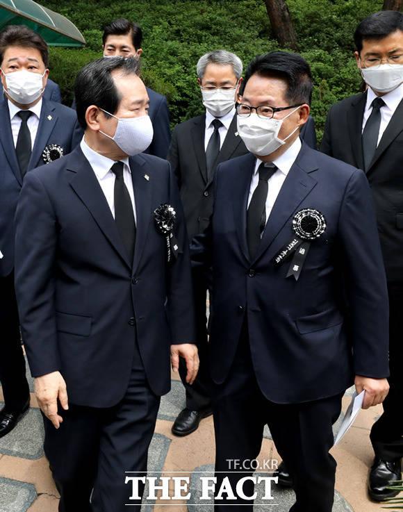이동하는 정세균 국무총리(왼쪽)와 박지원 전 민생당 의원