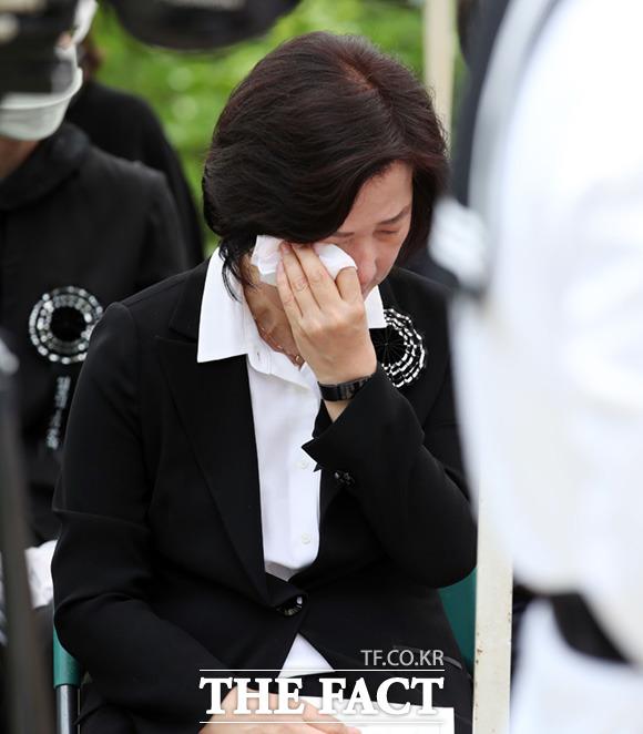 눈물 흘리는 추미애 법무부장관