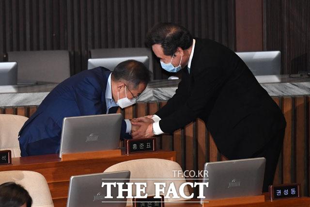이낙연 더불어민주당 의원(오른쪽)이 10일 오후 서울 여의도 국회에서 열린 본회의에 참석해 무소속 홍준표 의원을 찾아 악수와 인사를 나누고 있다. /국회=남윤호 기자