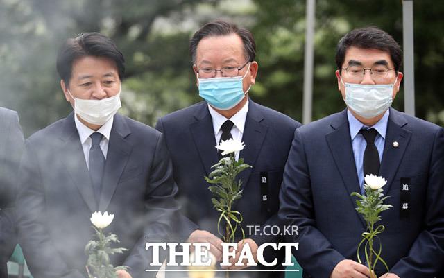 추모식 참석한 김부겸 전 더불어민주당 의원(가운데)