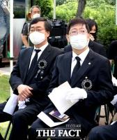 [TF포토] 시선 회피하는 김홍업 이사장과 김홍걸 의원