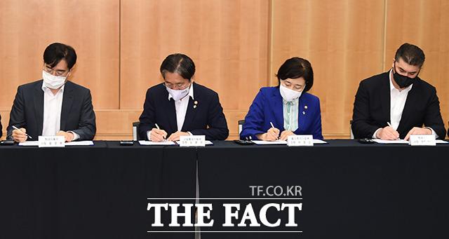 협약서에 서명하는 두 장관과 자동차 업계 중역들