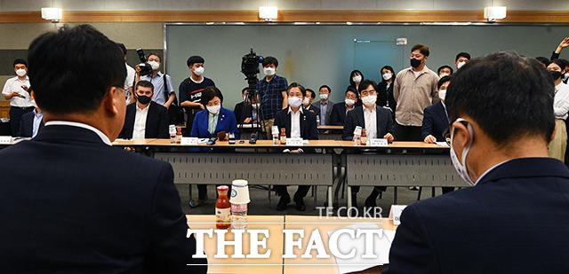 자동차 업계 관계자들의 발언을 경청하는 성윤모 장관