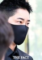 [TF포토] '묵묵부답'…말없이 법원 나서는 강지환