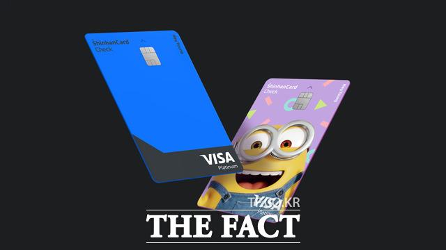카드업계가 밀레니얼 세대를 공략한 신상품을 속속 출시하고 있다. 사진은 신한카드가 출시한 Hey Young 체크(헤이영 체크카드). 헤이영 체크카드는 온라인과 오프라인을 넘나들며 서비스를 활용하는 20대 고객의 특성을 감안해 서비스를 구성한 점이 특징이다. /신한카드 제공