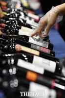 [TF포토] '어떤 와인을 골라볼까?'