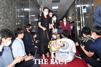 [TF포토] 안내견과 의장실 나서는 김예지 의원