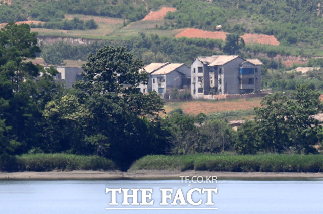 남한 전망대에서 보이는 북한 마을들은 대부분 대남 선전용 마을로 주민들이 거주하지 않는 유령마을로 알려져있다.