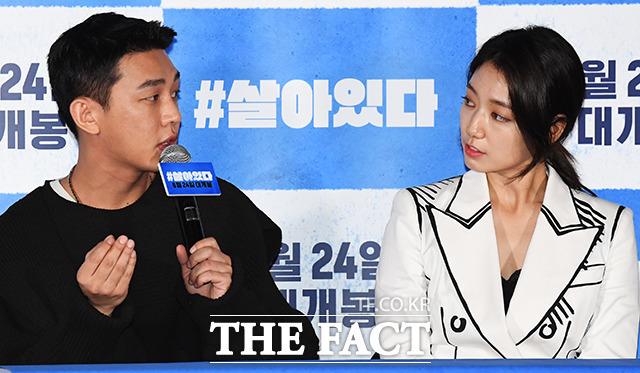 #살아있다는 유아인(왼쪽) 박신혜의 연기호흡이 빛나는 작품이다. 두 사람은 현장에서 많은 아이디어를 공유하고 이를 발전시켜 각자의 캐릭터를 완성시켰다. /배정한 기자