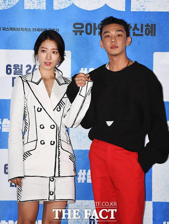 박신혜(왼쪽) 유아인이 영화 #살아있다로 뭉쳤다. 코로나19 사태 이후 신작 가뭄에 시달린 극장가에 K-좀비 열풍으로 활력을 불어넣겠다는 포부다. /배정한 기자