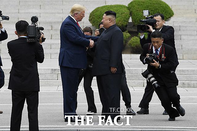 도널드 트럼프 미국 대통령이 14일(현지시간) 74번째 생일을 맞은 가운데, 김정은 북한 국무위원장이 친서를 보냈을지가 관심으로 떠올랐다. 사진은 지난해 6월 판문점 공동경비구역(JSA) 군사분계선을 넘어 북측에서 김정은 북한 국무위원장과 악수하는 트럼프 대통령. /판문점=뉴시스
