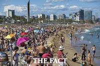 [TF사진관] '코로나가 뭐라고?'...스페인 바닷가에 몰려든 인파