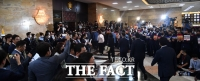 [TF사진관] 본회의장 앞에서 비판의 목소리낸 미래통합당