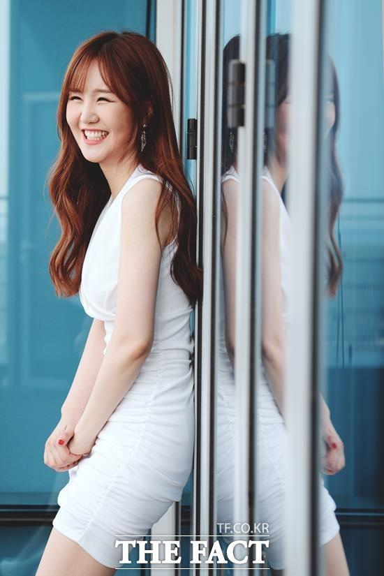 늘씬한 키와 시원한 몸매를 뽐내며 레드 머메이드 드레스를 입고 가요무대에 등장한 윤수현은 호소력 짙은 보이스와 폭발적인 가창력으로 무대를 소화했다. /이선화 기자