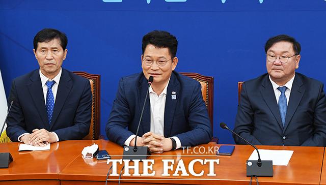 인사말 하는 송영길 외교통일위원회 위원장(가운데)