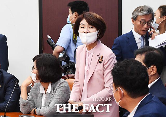 회의 참석하는 한정애 보건복지위원회 위원장