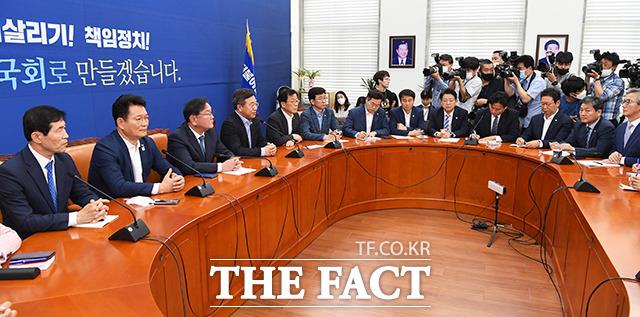 윤호중 법제사법위원회 위원장(왼쪽 네번째)에게 쏠린 언론의 관심