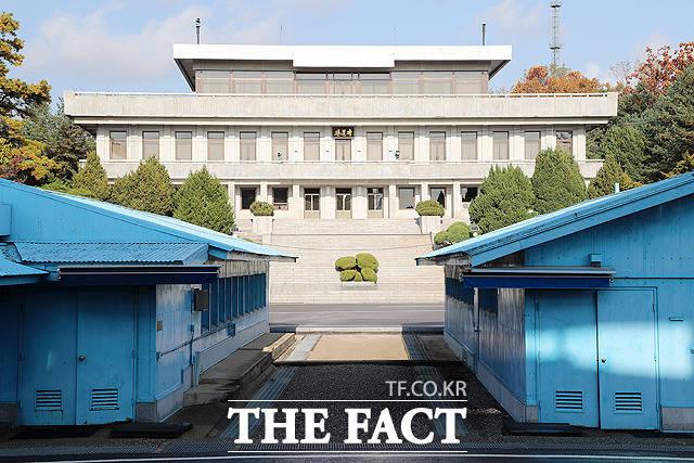 북한이 16일 개성 공동연락사무소에 이어 재무장 행보에 이를지 관심이 쏠리고 있다. 공동경비구역(JSA) 비무장화 조치 이후의 판문점의 모습. /사진공동취재단