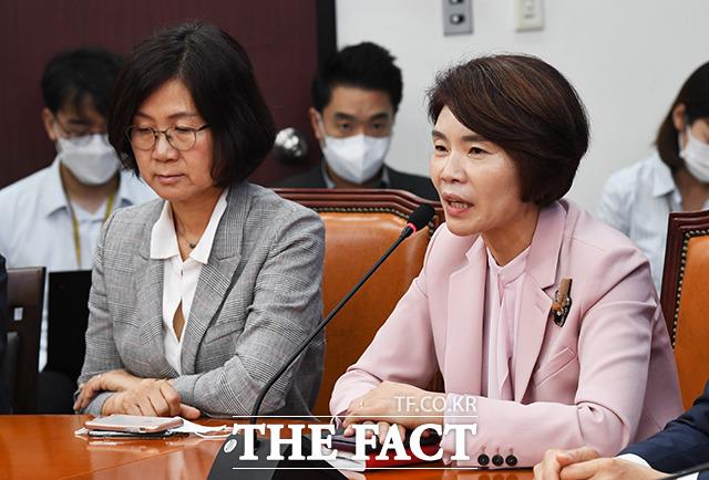 인사말 하는 한정애 보건복지위원회 위원장(오른쪽)