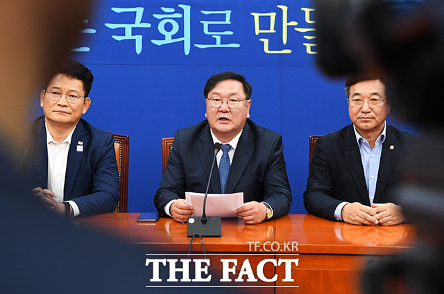 모두발언 하는 김태년 더불어민주당 원내대표(가운데)