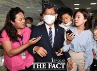 [TF포토] 외통위 회의 도중 이동하는 김연철 장관