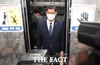 [TF포토] 남북연락사무소 폭파 소식 듣고 국회 나서는 김연철 장관