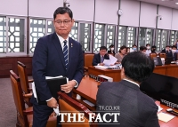 [TF포토] 외통위 회의 도중 일어서는 김연철 장관
