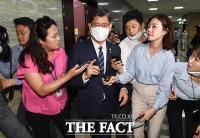 [TF사진관] '남북연락사무소 폭파' 소식에 급히 국회 떠나는 김연철 장관