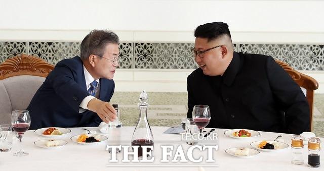 한국 정부의 대북특사 제안에 북한이 공개적으로 거부하면서 남북관계를 개선할만한 해법이 마땅치 않다. 문재인 대통령과 김정은 북한 국무위원장이 2018년 9월 평양 옥류관에서 오찬을 하며 대화를 나누는 모습. /평양공동취재단
