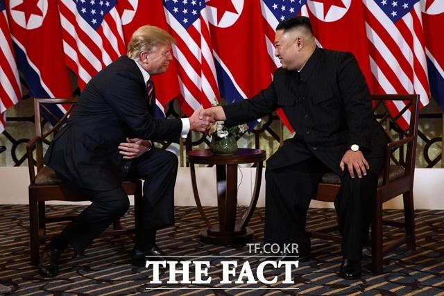 외신들은 이번 폭파가 미국의 관심을 이끌기 위한 것이라고 분석했다. 베트남 하노이 메트로폴 호텔에서 제2차 북미정상회담을 위해 만나 악수하며 웃는 두 정상. /하노이(베트남)=AP/뉴시스