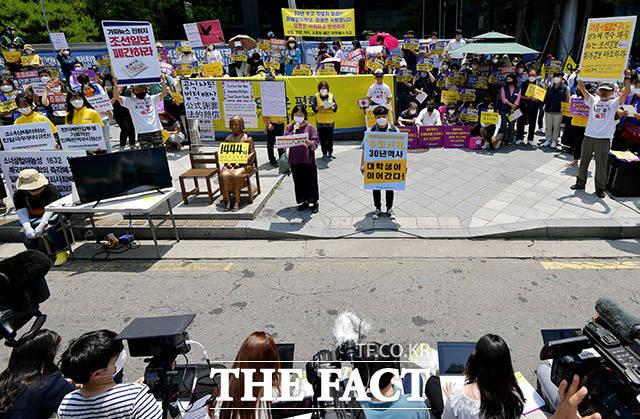 제1444회 정기 수요집회가 17일 오후 서울 종로구 옛 일본대사관 앞에서 열리고 있다.