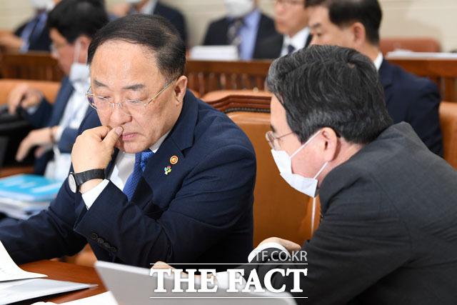 김용범 제1차관과 대화하는 홍남기 장관