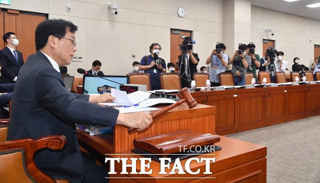 미래통합당 보이콧에도 회의 진행하는 윤후덕 국회 기획재정위원장