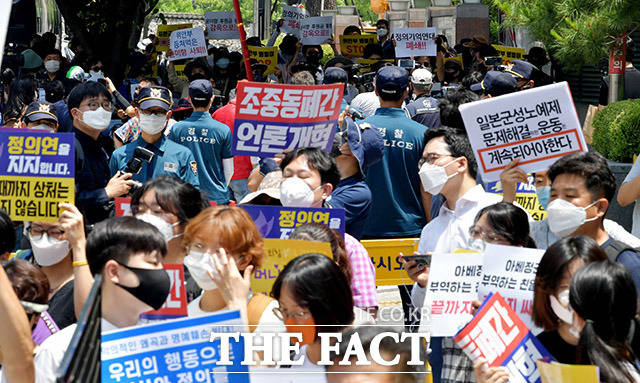 정의기억연대(정의연)가 17일 오후 서울 종로구 옛 일본대사관 앞에서 제1444회 정기 수요집회를 개최한 가운데 보수성향의 자유연대(사진 위) 등 단체들이 정의연 해체 및 윤미향 더불어민주당 의원 사퇴 규탄 집회를 열고 있다. /이덕인 기자