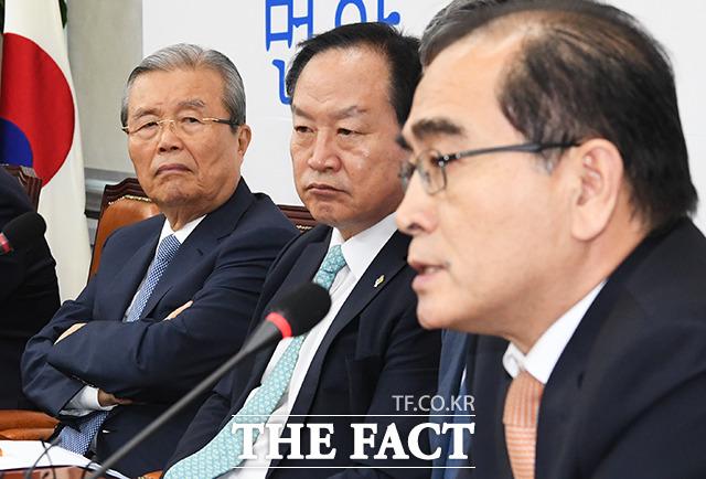 태영호 의원 발언 듣는 김종인 비대위원장(왼쪽)