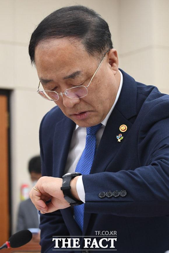 기획재정위원회 전체회의 참석한 홍남기 경제부총리 겸 기획재정부 장관