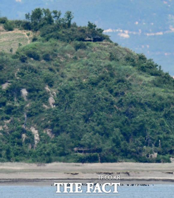 산 전체가 은폐된 해안초소로 추정된다.