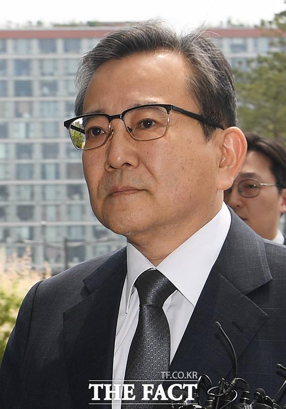 뇌물과 성 접대를 받은 혐의로 재판에 넘겨진 김학의 전 법무부 차관의 항소심 재판이 시작됐다. 사진은 지난해 5월 검찰에 출석하는 김 전 차관의 모습. /배정한 기자