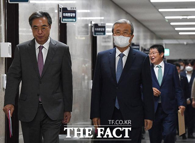 외교안보특위 2차회의에 참석하는 김종인 비대위원장(가운데)