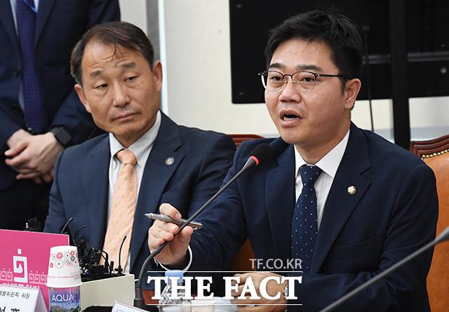 발언하는 지성호 의원(오른쪽)